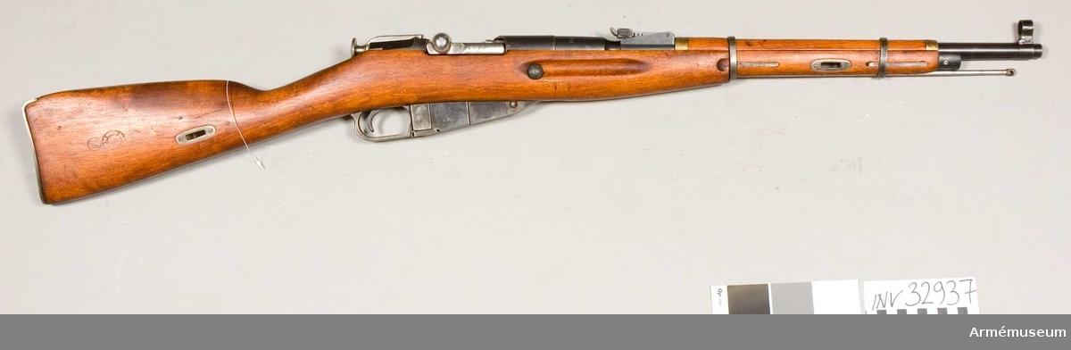 Grupp E II. Karbin m/1910-1938 av Mossin-Nagants system. Loppet har 4 refflor. Ej avsedd för bajonett.