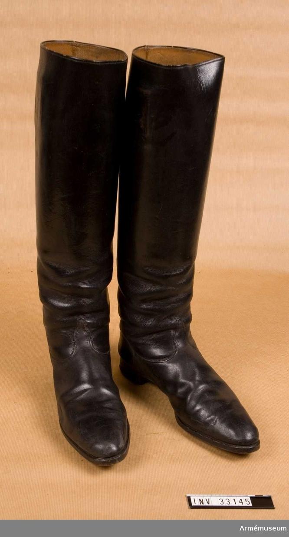Grupp C I. Ur uniform m/1895 för general vid Kronprinsens husarregemente. Livplagg m/1895. Består av dolma, ridbyxor, stövlar, sporrar, remmar. Stövlar av svart läder. Två hänklar av bomullsband. Smala stövelspetsar.