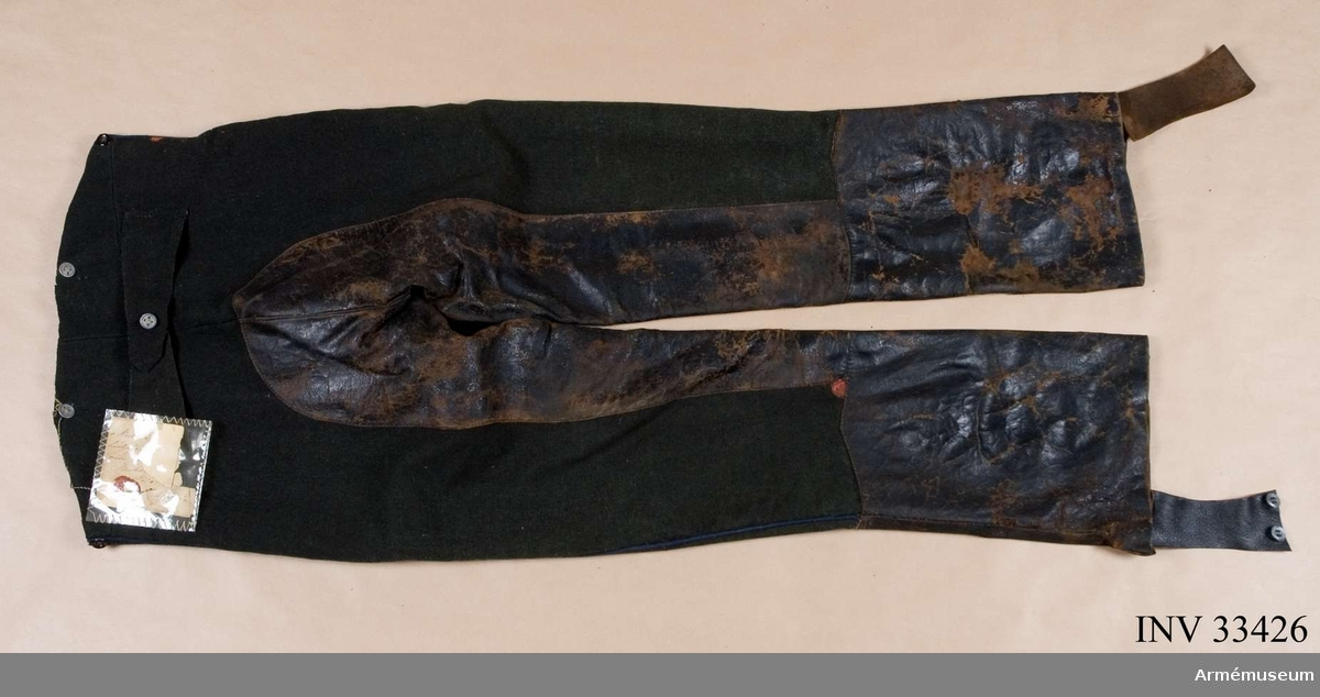 Grupp C I. Ur uniform m/1856 för manskap vid Jämtlands hästjägarkår. Livplagg. Fastställd år 1856. Består av vapenrock, mössa, plym, byxor, kartusch med rem, koppel, sabelhandrem. Byxor enl. go 25/1 1856 och go 17/1 1843. Mörkgröna med ljusblå passpoal. Modellexemplar.