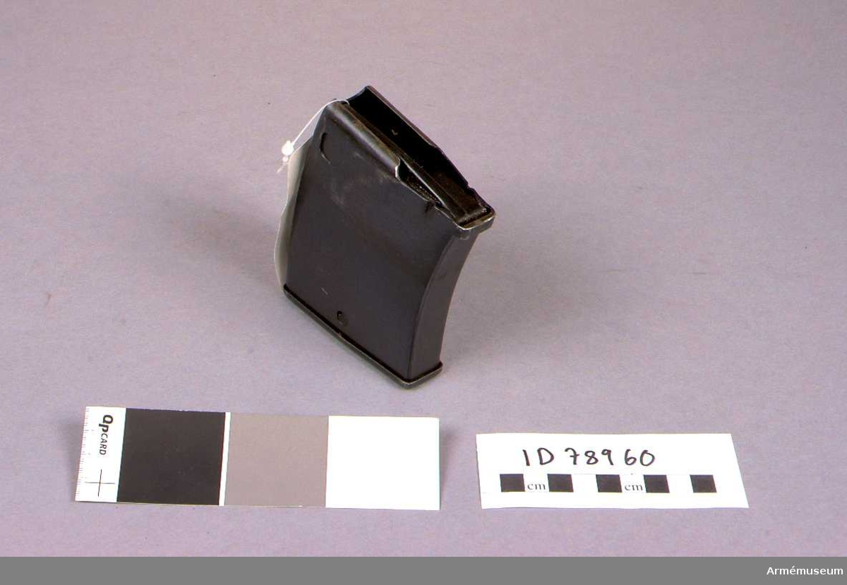 Grupp E IV.  Samhörande nr AM.045824-AM.045826, halvautomatgevär, magasin, gevärsrem.