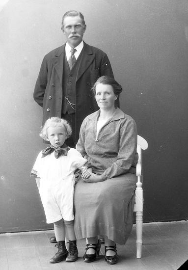"""Enligt fotografens journal nr 5 1923-1929: """"Johansson, Karl, Räfsal, Hjälteby""""."""