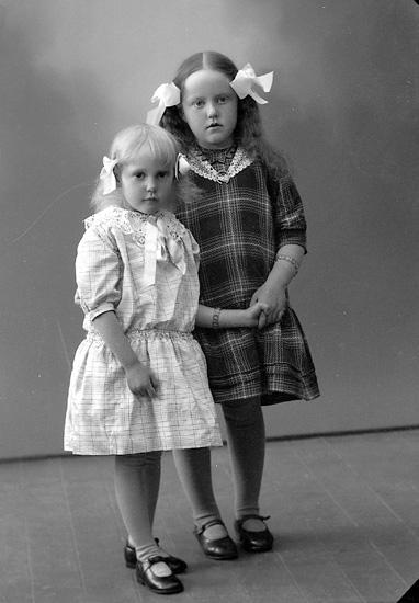 """Enligt fotografens journal nr 5 1923-1929: """"Ferdinandsson, Sara o Elsa, Dafinseröd, Ucklum""""."""