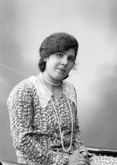 """Enligt fotografens journal nr 6 1930-1943: """"Samuelsson, Fr. Astrid Ottesdala, Svanesund""""."""