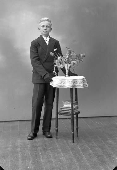 """Enligt fotografens journal nr 6 1930-1943: """"Larsson, Halvord Håldalen Här""""."""