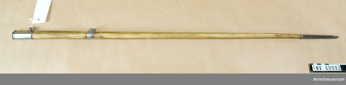 Grupp D II.  Har troligen burits till kammarherreuniform. Värjan buren av kammarherre E H Ruuth, f 1803.  Samhörande nr är 60091-2, värja, balja.