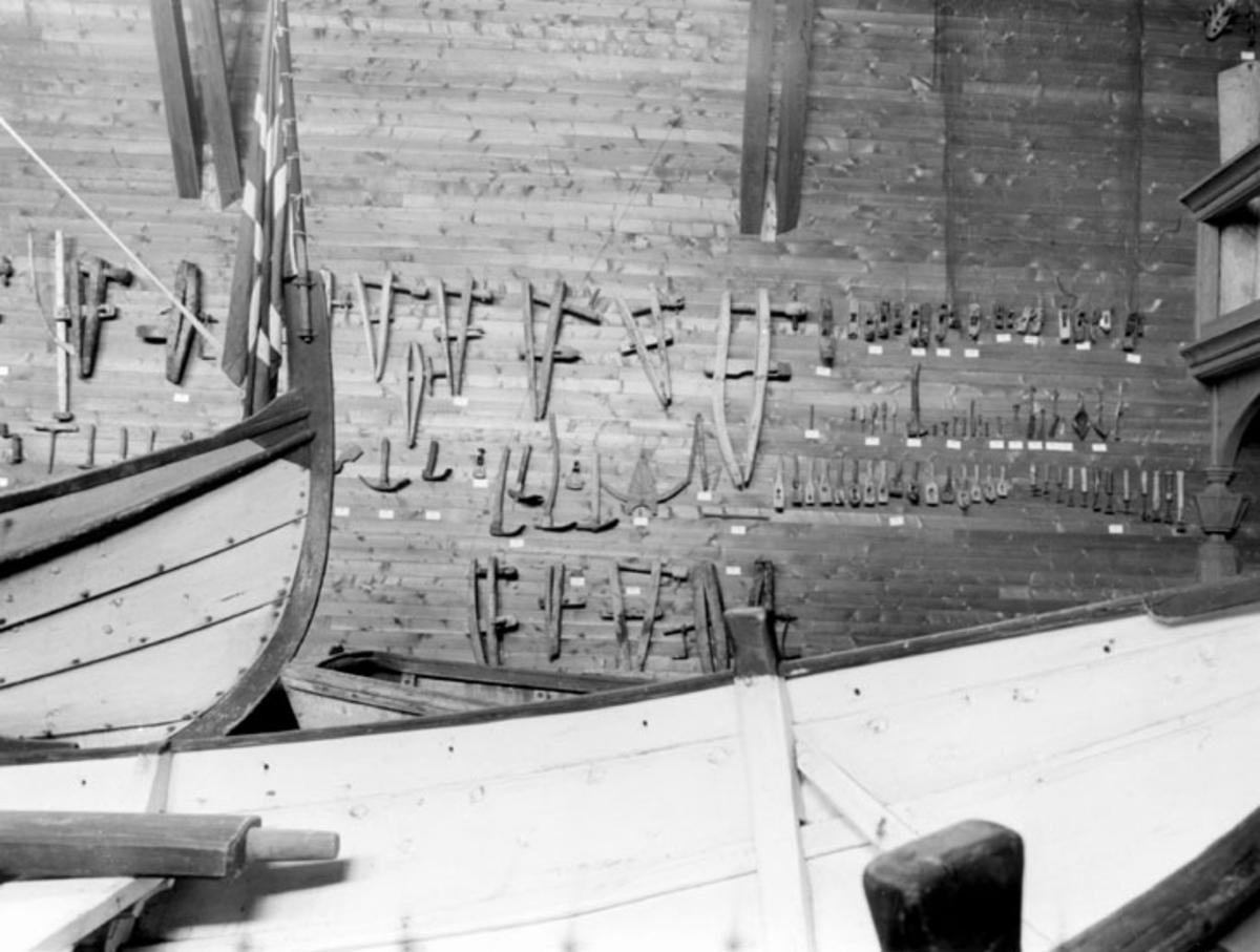 Skrivet på baksidan: Båtbyggerverktöj. Foto 1961  På väggen hänger båtbyggarverktyg.