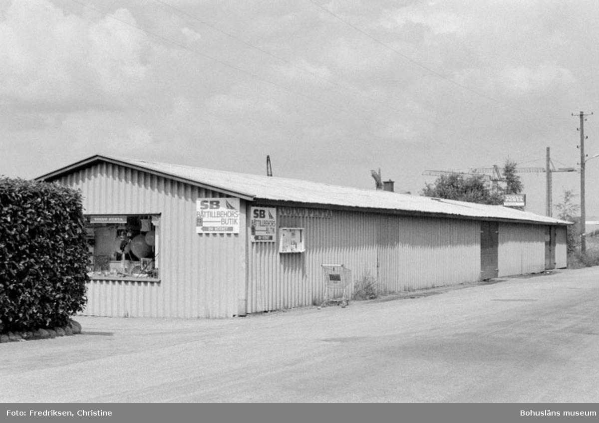 """Motivbeskrivning: """"Stenungsunds Båtvarv, f.d garage utmed Strandvägen, se Bb 15:7."""" Datum: 1980-07-15 Riktning: Nv"""
