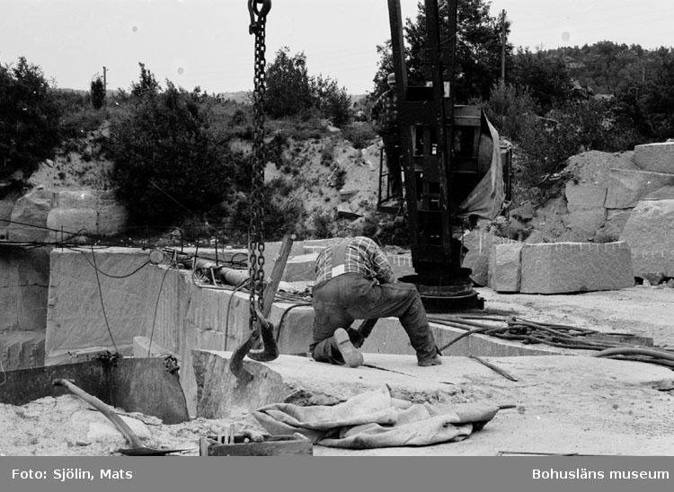 """Bohusläns samhälls- och näringsliv. 2. STENINDUSTRIN. Film: 31  Text som medföljde bilden: """"Blockuttagning. Juli 1977."""""""