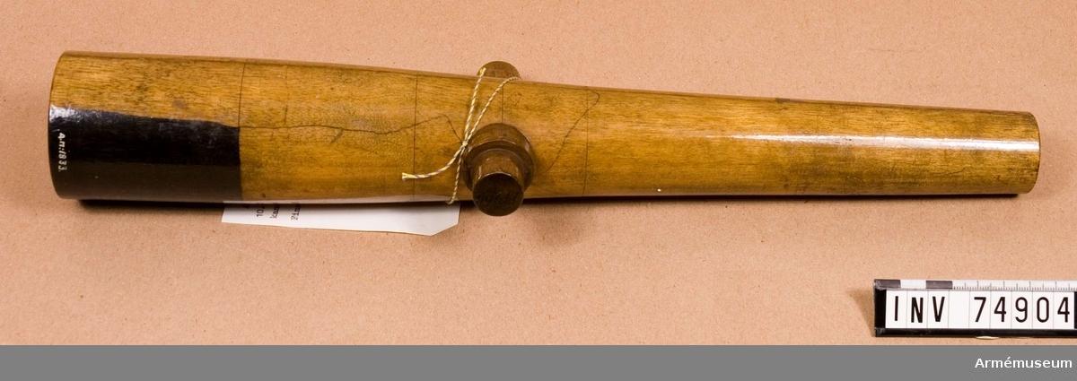 Grupp F: V. Gjuten ur masugn, Den underkastades först de vanliga 4 provskotten, varav det starkaste av 2,55 kg (6 pund) krut och en cylinder á 5,53 kg. (13 pund) vikt. Under de åren 1862-1863 med denna kanon utförda skjutförsöken lossades med densamma 195 skott med laddningar á 1,28 kg. (3 pund) krut och vanlig projektil, varefter sprängskjutningen utfördes år 1863, då kanonen sprang i 19:de skottet för 2,3 kg, (5,4 pund) krut och 2 cylindrar av tillsammans 16,6 kg, (39,1 pund) vikt, sedan den dock i föregående skottet varit laddad med 2,o04 kg, (4,8 pund) krut och 3 cylindrar av tillsammans 22.kg. (52 pund) vikt.