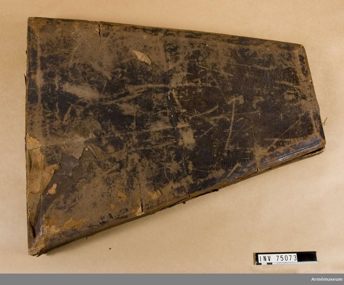 Grupp F:(III(överstruket)) V.  Etui innehållande 22 st. bottenstickare av järn med träskaft  för uppmätande av godsets tjocklek i bomber och granater.   Märkt 1762. B. st. nämligen:  med årtalet 1762 för 80 pundig svår bomb; med årtalet 1762 för 80 pundig lätt bomb;  med årtalet 1762 för 60 pundig svår bomb; med årtalet 1762 för 60 pundig lätt bomb;  med årtalet 1762 för 40 pundig svår bomb; med årtalet 1762 för 40 pundig lätt bomb;  med årtalet 1762 för 20 pundig svår bomb; med årtalet 1747 för 20 pundig lätt bomb;  med årtalet 1762 för 16 pundig svår bomb; med årtalet 1747 för 16 pundig lätt bomb;  med årtalet 1762 för 8 pundig svår granat; utan åsatt årtal för 8 pundig lätt granat;  med årtalet 1762 för 24 pundig konkavkula; med årtalet 1760 för 18 pundig konkavkula.  2 st.; med årtalet 1760 för 12 pundig konkavkula.  2 st.; med årtalet 1760 för 6 pundig konkavkula; utan åsatt årtal för 6 pundig handgranat;  med årtalet 1754 för 3 pundig handgranat; med årtalet 1761 för 3 pundiga konkavkula. (2 st.(överstruket));  med årtalet 1761 för 3 pundiga konkavkula, med årtalet 1761 för 3 pundig konkavkula nytt proj.
