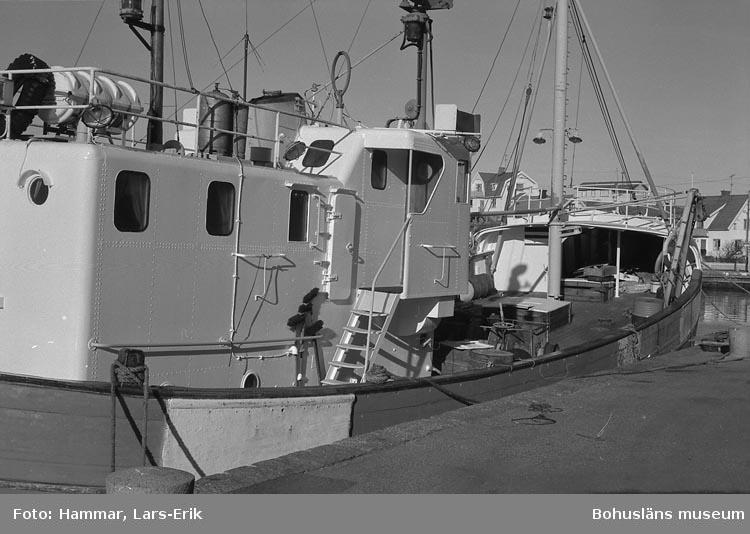 """Långafiskebåten """"Shetland"""" i Mollösunds hamn i oktober 1978"""