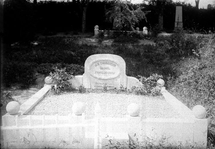 """Enligt senare noteringar: """"Gravsten på kyrkogården i Foss. J.R. Thoresson ägde en av gårdarna i Ödsmål, nära gränsen mot Valbo Ryrs sn. Gården är forfarande i samma släkts ägo."""" (BJ)"""