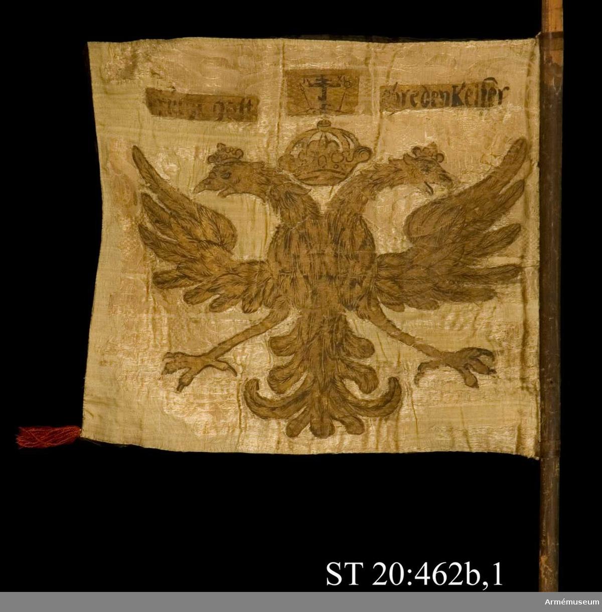 Krönt dubbelörn. Sluten krona mittöver.  Upptill golgatascen med grekiskt-ryskt kors omgivet av passionsinstrumenten samt texten  I C  X  C