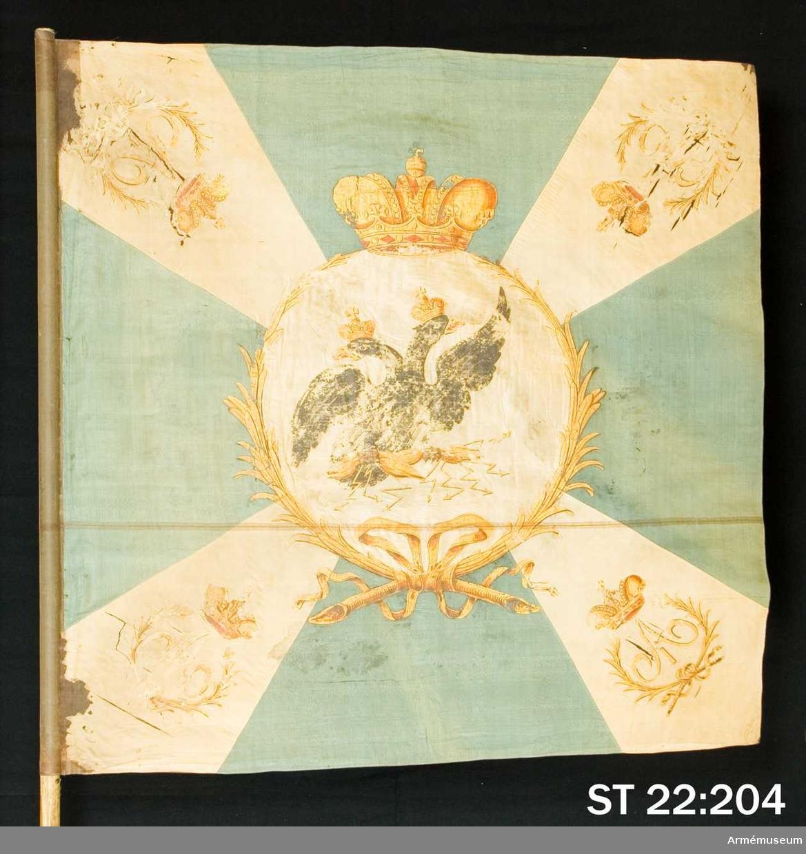 Duk av blågrönt siden med ett vitt andreaskors. I mitten en vit cirkel, ca 60 cm i diameter, av dubbelt tyg. I cirkeln är en dubbelhövdad, svart örn med gyllene näbbar och röda tungor. Fanduken är närmast stången skarvad med ytterligare en bit enfärgat, blått siden som använts för att rulla runt stången och fästas med tännlikor. Längst upp vid stångens spets skymtar samma vita stadkant på tyget som kan ses på ST 22:205. Duken är fäst med förgyllda, släta tennlikor. Nedanför duken är ytterligare fem tennlikor spikade i form av ett T. Betydelsen av detta är okänt. Vitmålad stång. Saknar holk och spets. KT 2012-04-12