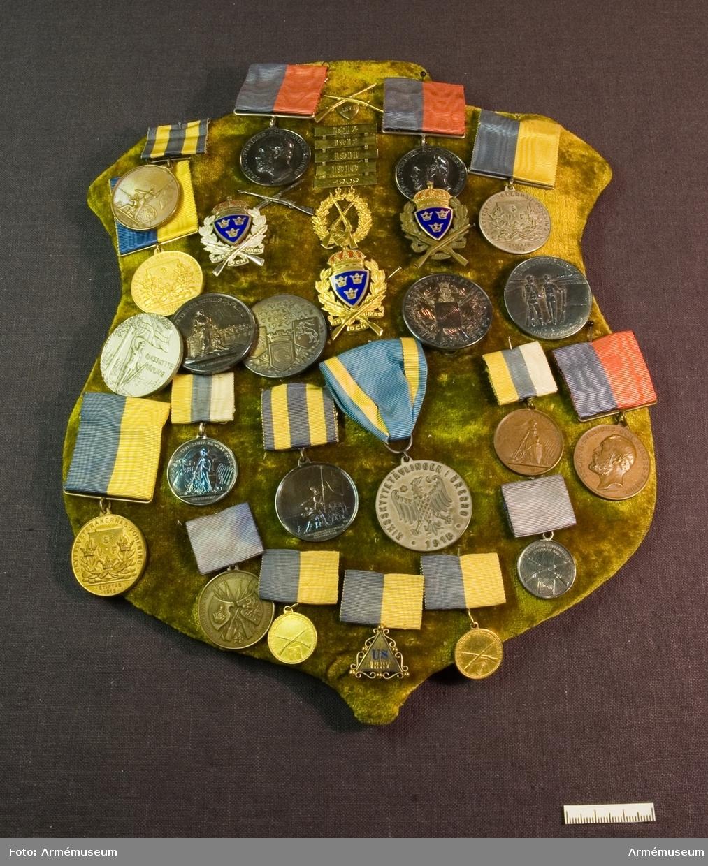 """Grupp: M II. Silvermedalj """"Riksskyttetävlingen-Gävle 1920"""".  Placerad på sköld klädd med sammet tillsammans med AM.085881-906."""