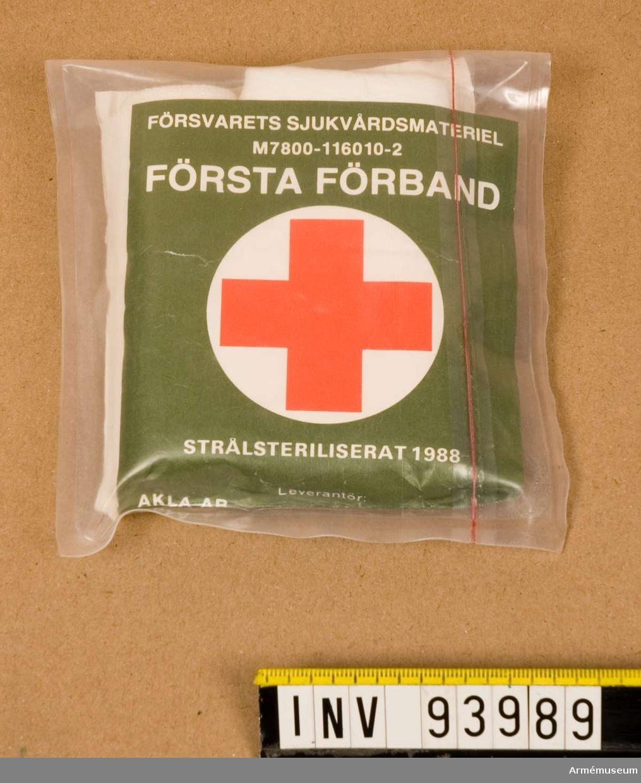 Strålsteriliserat första förband i förslutningsbar påse. Etikett med röda korset på.