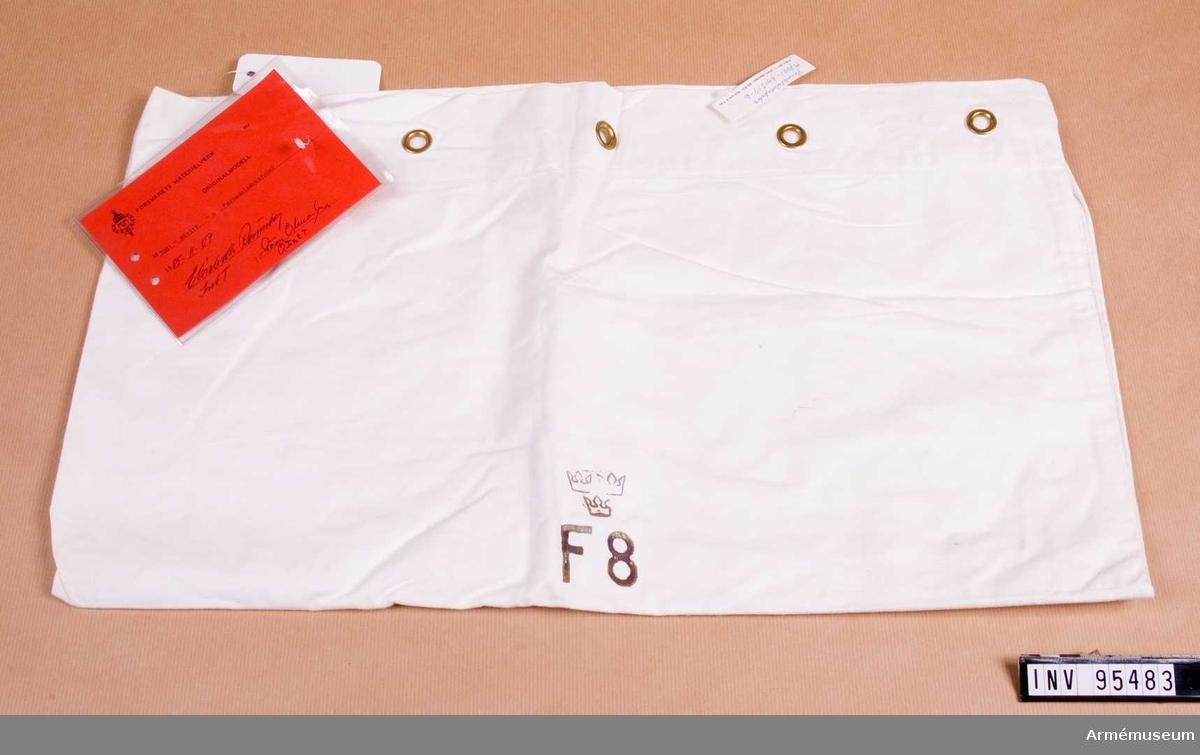 """Vidhängande etikett: """"Försvarets materielverk Originalmodell M 7081-841319-6, Persedelsäcksfoder, 1985-11-07 (oläslig underskrift)""""."""