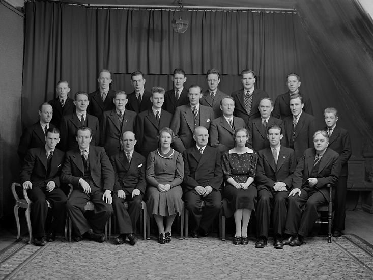 """Enligt tidigare notering: """"Ateljéfoto, av medarbetarna på tidningen Kuriren, Uddevalla. 1936."""""""