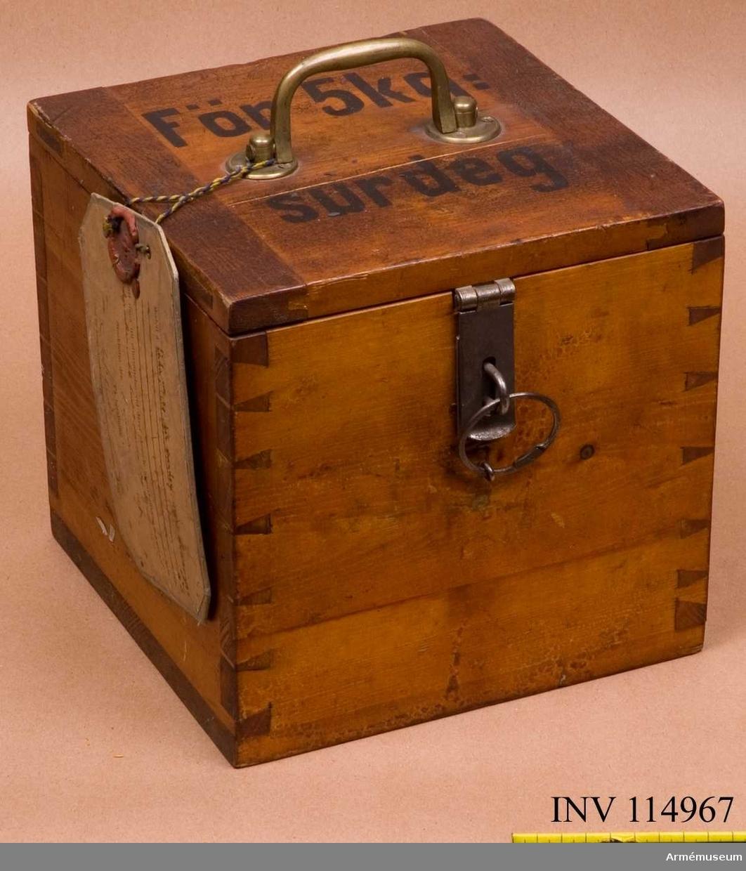 """Text på vidhängande modelllapp: """"Modell å låda m/1901 för surdeg för bakning att tjäna till efterrättelse vid deraf skeende nyanskaffning enligt departementets beslut denna dag Dii No 1505. Stockholm den 1 mars 1901"""""""