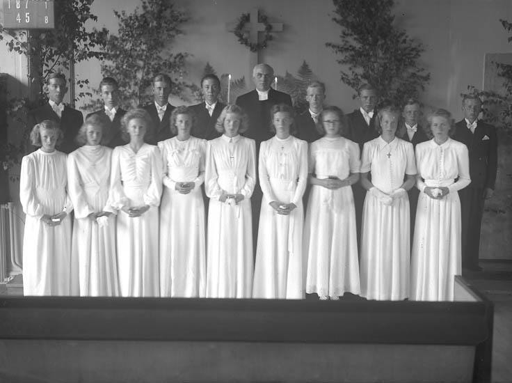 """Text till bilden:""""Konfirmander 12/10 1950""""."""