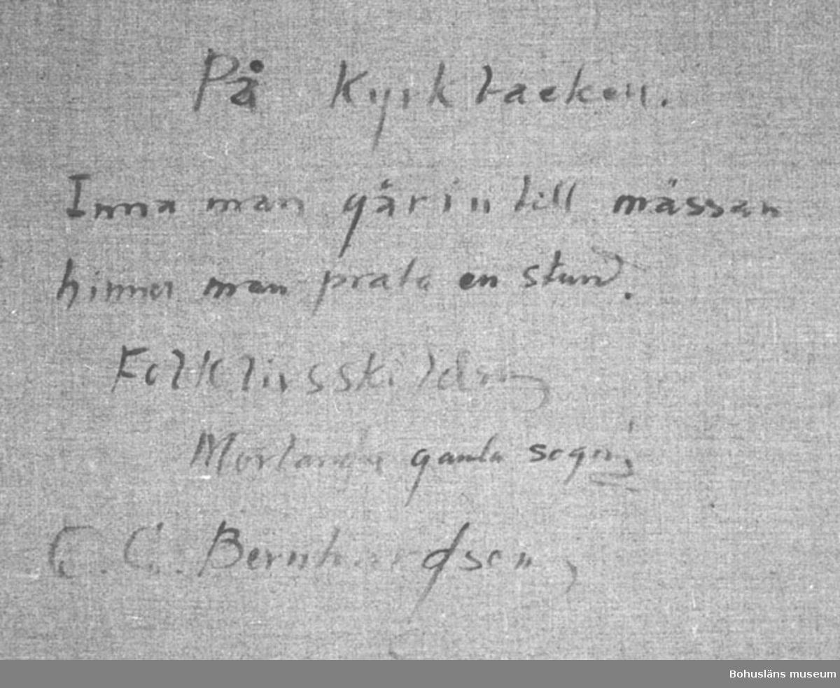 """Montering/ram: RAM, Baksidestext:  """"På kyrkbacken. Inna man går in till mässan hinner man prata en stund. Folklivsskildring  Morlanda gamla sogn! C.G. Bernhardson.""""  Ordförklaring: Inna = innan, sogn = socken. Dialektala uttryck.  Litt.: Bernhardson, C.G.: Bohuslänska kustbor, Uddevalla, 1983, s. 120. Titel i boken: Kyrkfolk.  Övrig historik; se CGB001."""