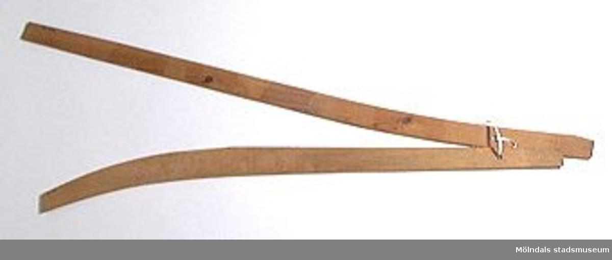 Möbelmall av papp, för bakben till soffa. En av två mallar (med Mölndals stadsmuseums föremålsnummer 00416, 00439), ihopsatta med snöre.Litteratur: Red. Särnstedt, Bo: Lindome Västsvenskt möbelsnickeri under 300 år, Stockholm 1977. Utställningskatalog från Liljevalchs Konsthall 1977-06-30 - 1977-09-11. Se sid. 22-23 för historik kring fam. Thorsson.Mölndals Museum: Lindomemöbler, Länstryckeriet Göteborg 1994. Utställningskatalog innehållande kapitel rörande familjen Thorssons verksamhet.