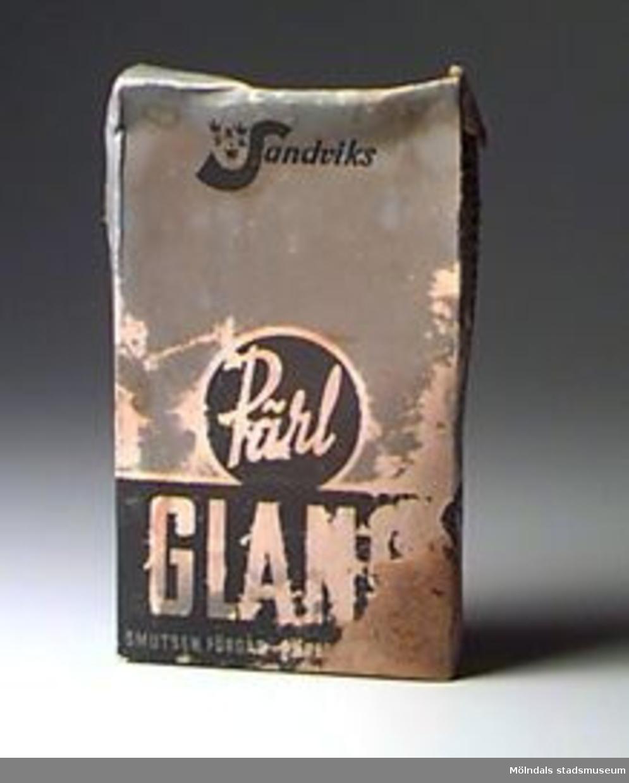 Ett öppnat paket Pärlglans golvtvättmedel. Halva innehållet kvar. Fuktskadat.Föremålet hör samman med brev.