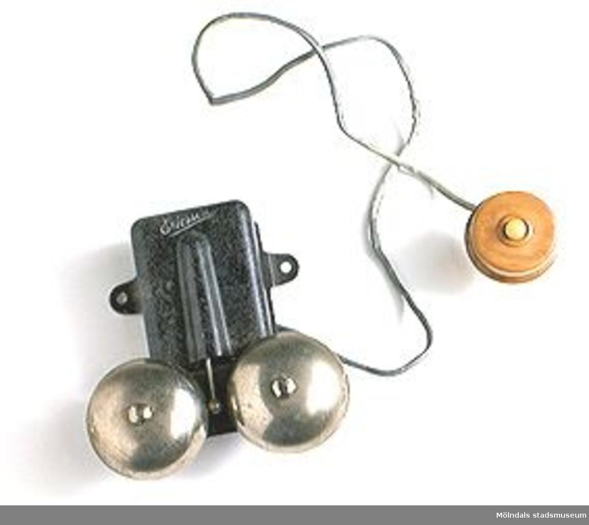 Dörringklocka med två klockor, blykabel, tryckknapp av svarvad ek med knapp av elfenben.