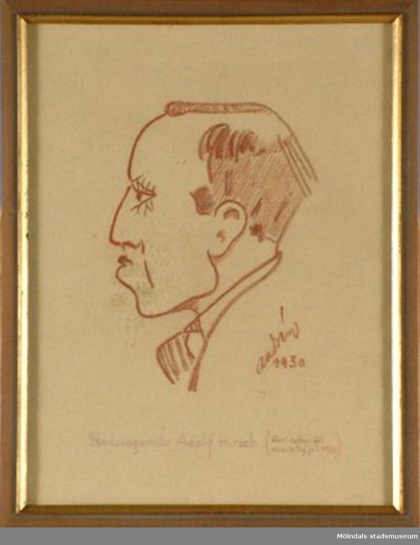 """En karikatyr på """"Stadsingeniör Adolf Hirsch (Karikatyr för Kvarnby jul 1930)"""".Inramad teckning av brun ram med guld kant. Teckningen är ritad med röd krita av Gösta Andrèn.Måtten med ram:Längd 335 mm, bredd 262 mm."""