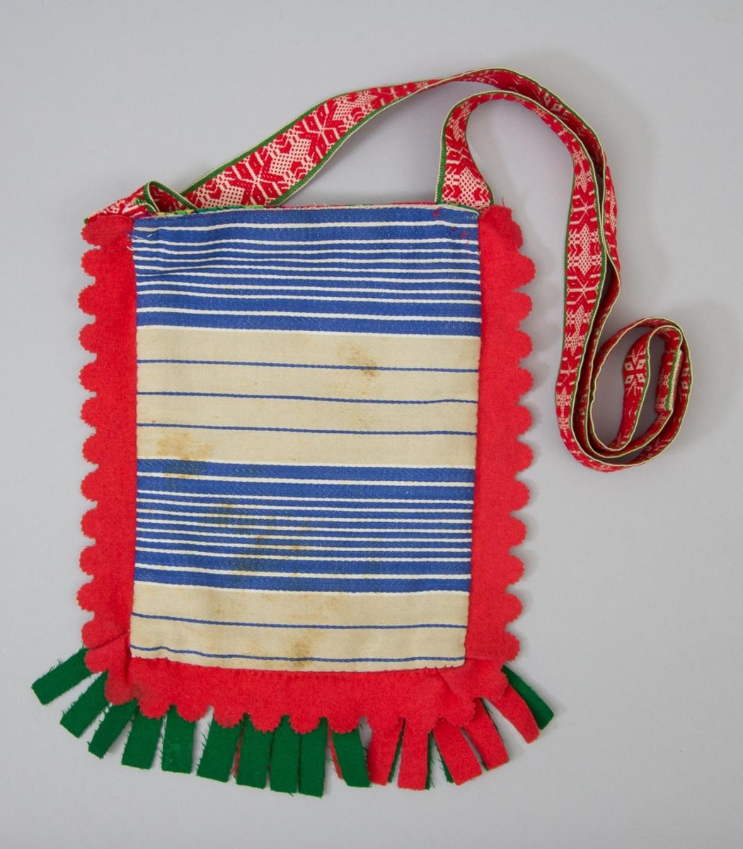 """Kjolsäck till dräkt för kvinna från Rättviks socken, Dalarna. Modell med avskuret framstycke. Tillverkad av vitt fabriksvävt bomullstyg, satin, med applikationer av kläde i rött, grönt och mörkblått, fastsydda med kedjesöm och sticksöm. Centralt placerad hjärtblomma med olika ornament runtom. Broderi utfört med bomullsgarn i olika färger, sticksöm, flätsöm och knutsöm. Ovanför applikationerna en uddad remsa rött kläde med broderi, ovanför denna en """"grind"""" flätad av smala remsor rött och grönt kläde samt vitt diagonalvävt band. I sido- och bottensömmen en inlagd remsa rött kläde, där ytterkanten är klippt i udddar. Tre tofsar klippta av rött och grönt kläde fästa i bottensömmen. Foder och bakstycke av samma fabriksvävda tyg av bomull, vävt i satin med bolstervarsrandning i blått, beige och vitt. Överstycke av yllemuslin med tryckt mönster i många färger på grön botten. Axel- eller midjeband handvävt, med plockat mönster av rött ullgarn på vit botten."""