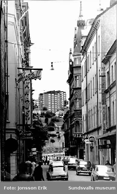 Nybrogatan från söder, hotell Knaust t h, Tivolibacken och Norrliden i bakgrunden innan Kulturmagasinets entré skymde sikten