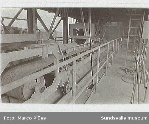 Stockviksverken.  2-37 Karbidfabriken, 02 Yngve Fagerlund uppfann kuben,19,02 Kub för transport av karbid, egen uppfinning,19,04 Fyllning av karbidkub,19,07 Fyllnig av karbid på karbidkärl,19,23 Bunkerbrygga mellen hamnen och lager,19,24 Rörligt transportband. Påfylln av råmatr. till karbiden. Uppe på karbidugnen,19,25 Karbidfabriken, Elektrofilter i förgrunden, 28 Fyllning av beskicktningskärl kalkugn, 519,28-32 Påfyllning i karbidfabriken,19,33 -37 Analyser i driftlabb.