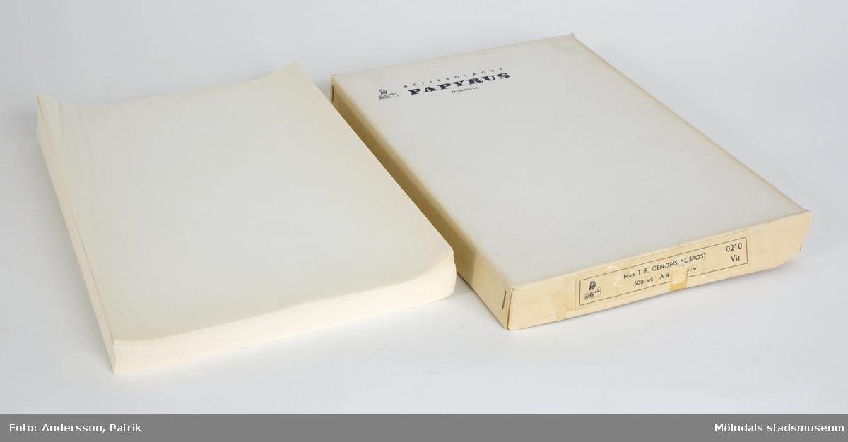 """500 st vita genomslagspapperpapper som ligger i en papplåda från Papyrus i Mölndal.Används som skrivmaskinspapper?Lådan är vit, men har gulnat på sidorna. På locket sitter Papyrus-loggan: """"AKTIEBOLAGET PAPYRUS MÖLNDAL"""" +en sfinx, tryckt i blått.På sidan sitter en etikett med dessa uppgifter: """"Matt T. F. GENOMSLAGSPOST 500 ark A 4 30 gr/m2   0210 Vit"""" +en sfinx, tryckt i blått. MM04788:1: Etiketten på lådan är något sliten.Storlek på lådan:Längd: 305 mm Bredd: 220 mmDjup: 32 mm (MM04788:1), 30 mm (MM04788:2)"""