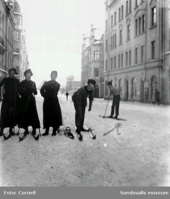 Skidåkning på Storgatan i Sundsvall utanför familjen Cornells lägenhet i kv Olympen.