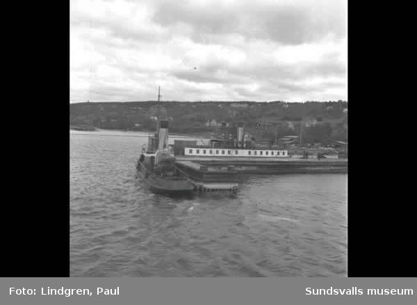 Färjavlämning Mohög, Skönvik. Timmer på Sundsvallsfjärden.