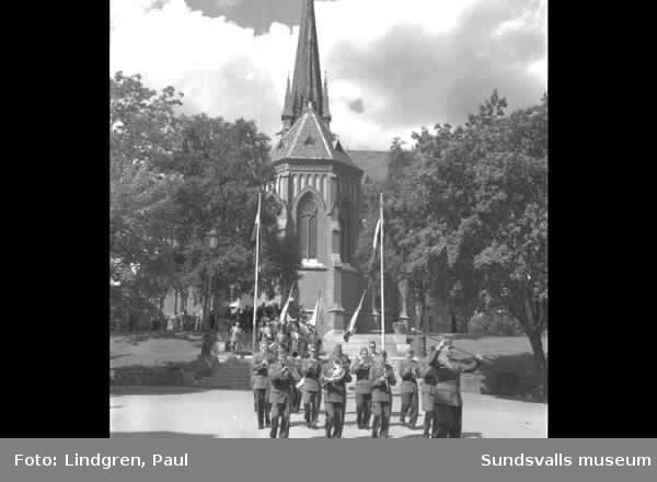 Bussägarekongress. Procession med fanor och orkester från kyrkan till torget.