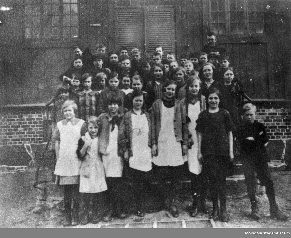 Skolklass uppställda utanför Kärra skola i Mölndal år 1928.
