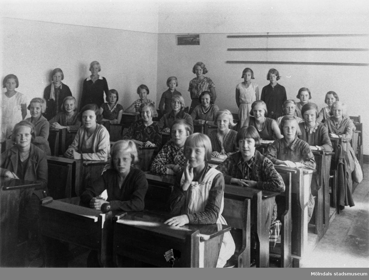 Flickor i klassrum. 4:e året. Fröken Aina Johansson med elever. Kvarnbyskolan i Mölndal år 1931.