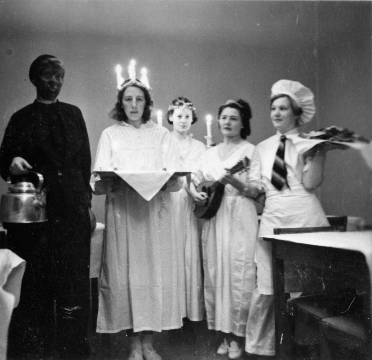 Andra person från höger är vårdarinnan Karin Hasselberg. Okänt årtal.