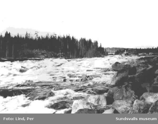 Alby 1898. Ljungan med Albyforsen.  Älven och forsen reglerades 1898 genom en väldig kanal byggd i sten, med ett tilhörande kraftverk. Samtidigt byggdes en karbidfabrik, samt byggnader i anslutning till dessa projekt.