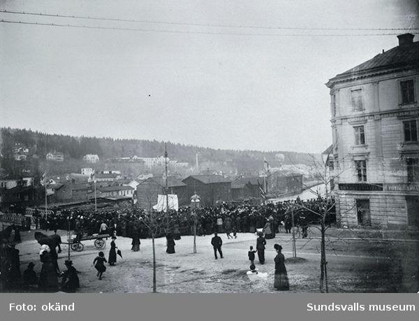 1:a maj 1911. Demonstrationståg på väg över Storbron. Trämagasinen på Norrmalm i bakgrunden.