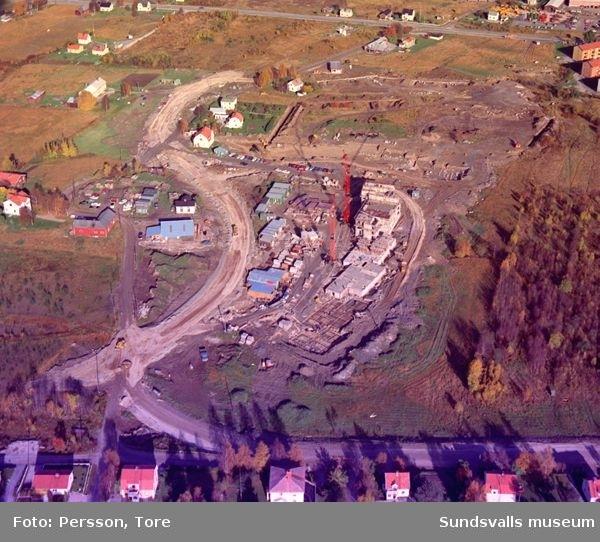 Flygfotografi över stadsdelen Nacksta som är under uppförande, 1967. I centrum det som ska bli bostadshuset Nackstavägen 25.