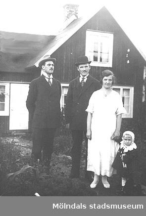 Fässbergsgatan 39 i Toltorpsdalen, Mölndal, ca 1920-tal. Barnet på bilden heter Holger Hansson. Huset i bakgrunden är hans mosters.