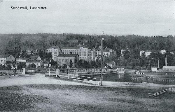 """Bildtext till vykortet """"Sundsvall, Lasarettet."""" I förgrunden Tivolibron."""
