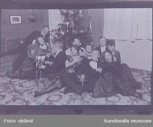 Syskonen Braathen med vänner, Maja med gitarr.