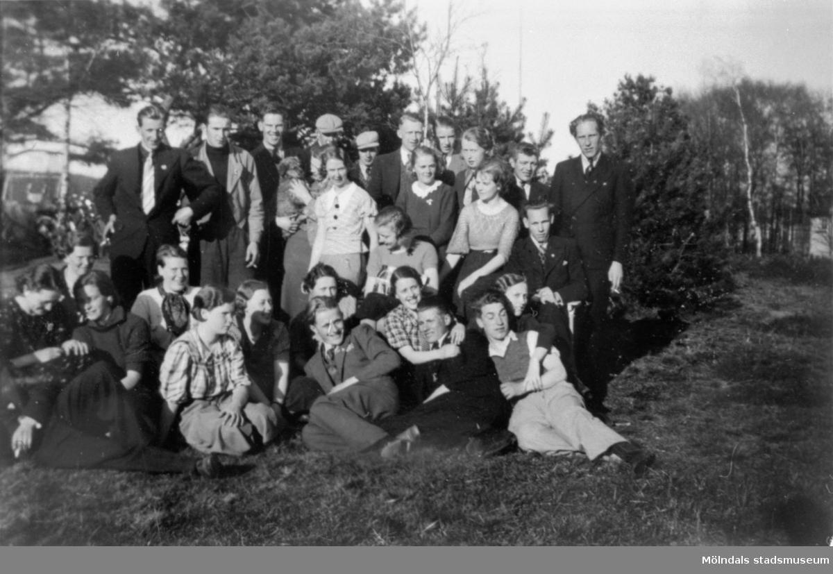 SSU-föreningens ungdomsklubb i Mölndal är på utflykt i Krokslätt, 1930-tal.