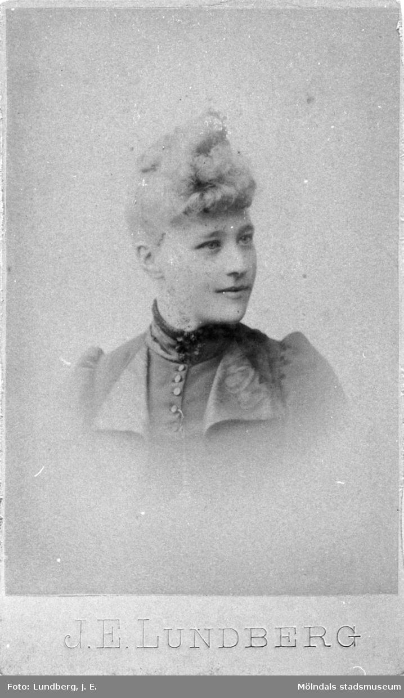 Porträttfotografi av Amalia Precht-Reuter (1871-1956) år 1900. Hon var dotter till mäster Precht-Reuter, sockerbruksmästare vid Korndals bruk, senare anställd vid Carnegies bruk.