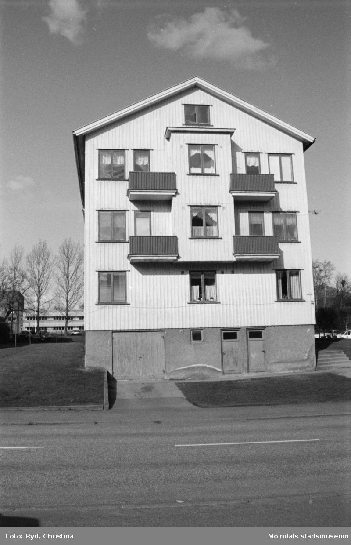 Vy från Krokslätts Parkgata, 1992. Kvarteret Illern; gavelfasad till Krokslätts Parkgata 44 A-C. Sörgårdsskolan skymtar i bakgrunden.