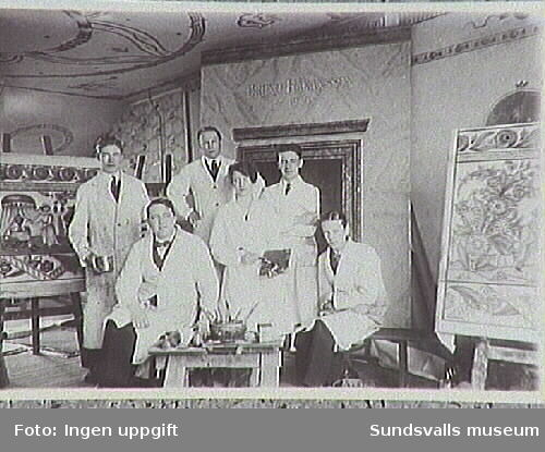 Guppfoto från Yrkes- och läringsskolan. Elever fr v Ture Johansson, Gustaf Walles (lärare), - - Nyberg, Inger Blix, Bruno Håkansson och Sven Wästerberg.