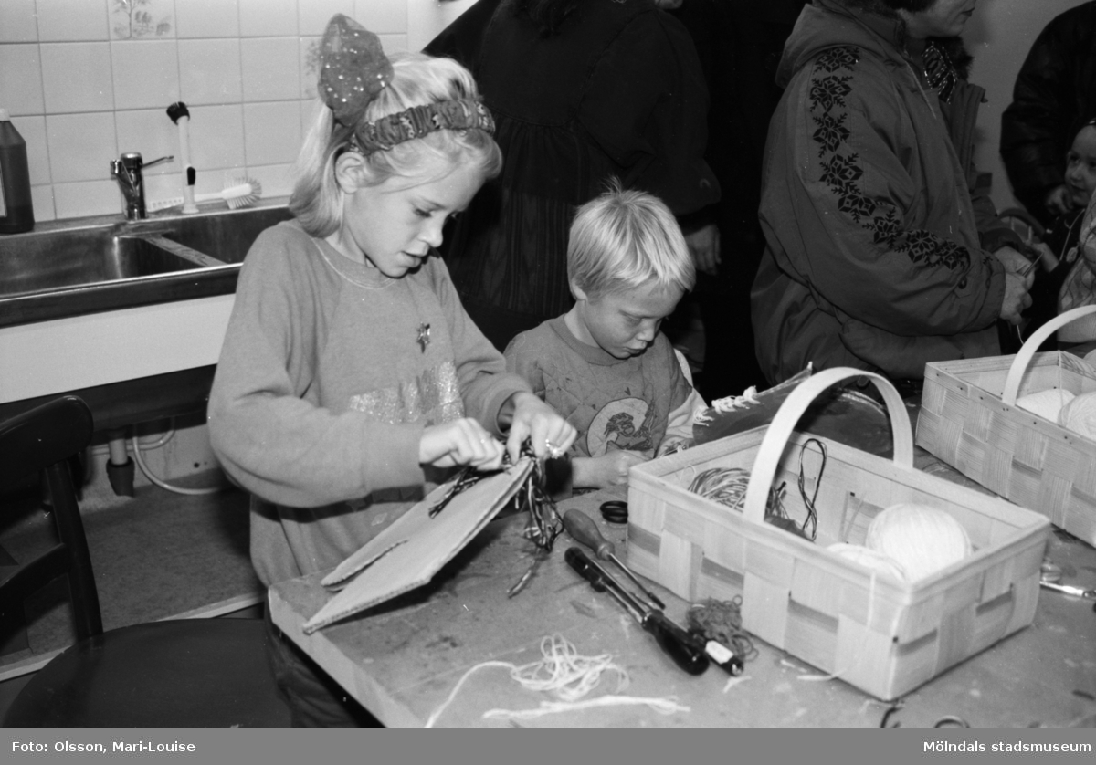 """Familjesöndag, 1992 på Mölndals museum, i samband med utställningen """"Gammalt skräp"""". Man ser barnverkstad med käpphästtillverkning, mannekänguppvisning med baddräkter samt paneldiskussion om """"samlande""""."""